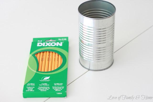 Vază din creioane colorate